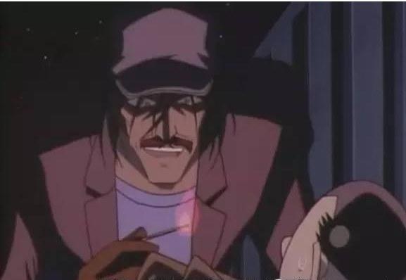 每到万圣节,日本会有很多人COS《名侦探柯南》,不管是死神小学生柯南还是黑衣犯人都是大家的爱,而且喜欢玩复数扎堆COS。日本谐星阿玉弱视中西(原名:中西)就喜欢在家里运用各种小道具,变化成各种类型的人。《柯南》里被步美目击到的纵火犯也是他COS的其中一个角色。  这种纵火犯如果在街头出现,一定会吓死宝宝吧。  这是《名侦探柯南》里的纵火犯。  他还扮过不同类型的人,比如43岁的牛郎。正常的妹子会喜欢这么凌乱的牛郎吗?  这是玩素颜直播的牛郎。  看到这么高大的私立小学二年级男生,想必谁都会心里